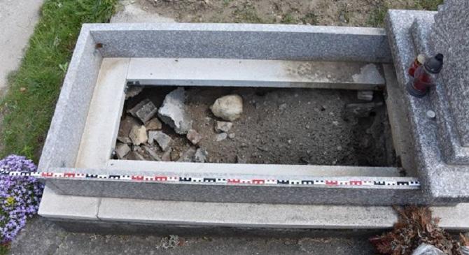 Sírkövet lopott el a tokodi temetőben