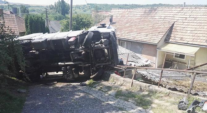 Felborult egy teherautó Sárisápon