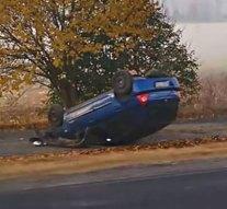 Felborult egy személygépkocsi a Táti úton
