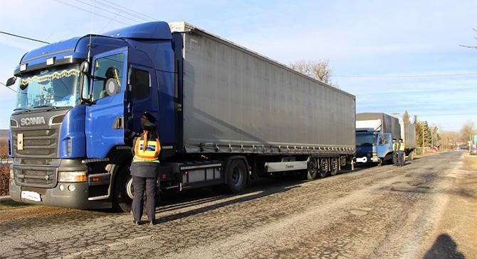 Teherautókat ellenőriznek a dorogi rendőrök Bajnán