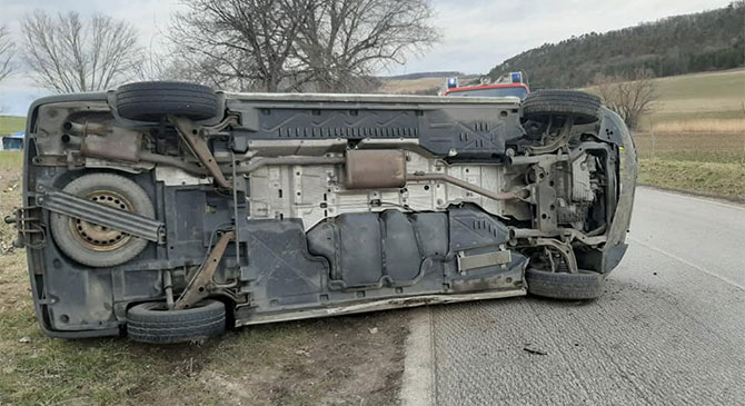 Felborult egy kisteherautó Bajna és Gyermely között