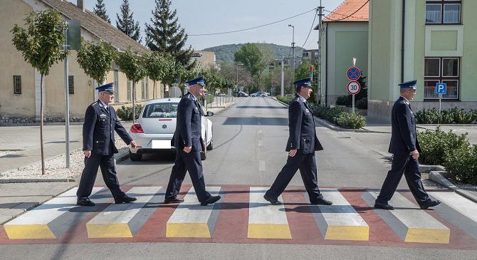 A The Beatles együttest imitálva adták át a háromdimenziós zebrát Dorogon