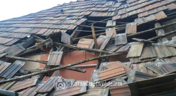Sérült tetőszerkezethez riasztották az esztergomi tűzoltókat