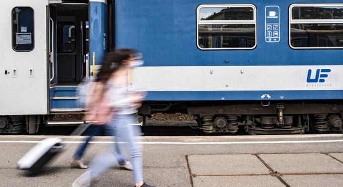 Maszk nélküli utas miatt fél órát várakozott a vonat
