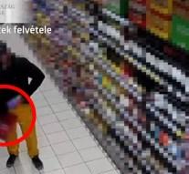 Videófelvétel rögzítette, amint a nadrágba rejti a csokit