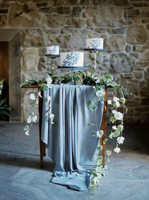 Tort weselny, Ślub w kolorze klasyczny niebieski 2020, classic blue wedding 2020, inspiracje ślubne, kolor roku 2020, modne śluby, trendy ślubne 2020, ślubny blog, dekoracje ślubne w kolorze niebieskim, ślub w niebieskim