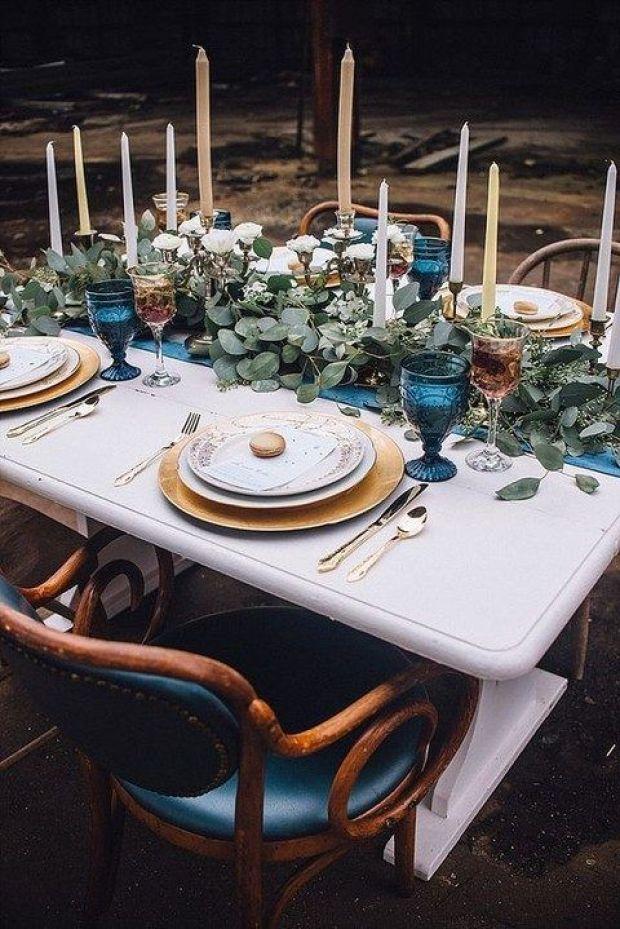 dekoracje stołów dla gości na wesele, Ślub w kolorze klasyczny niebieski 2020, classic blue wedding 2020, inspiracje ślubne, kolor roku 2020, modne śluby, trendy ślubne 2020, ślubny blog, dekoracje ślubne w kolorze niebieskim, ślub w niebieskim