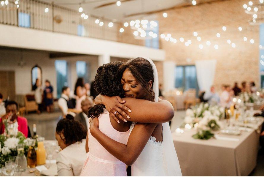 Przemówienia ślubne, Podziękowania ślubne, Rodzinne uściski, wsruszające wesele, Panna Młoda z siostrą, Najpiękniejsze momentu ślubne