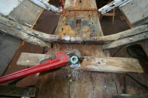 Unscrewing keel bolt