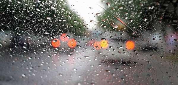 Hujan di kaca depan