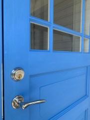 Halvfransk enkelytterdörr målad i en cikoriablå linoljefärg. Ljusinsläpp med förskjuten spröjs 2:2.