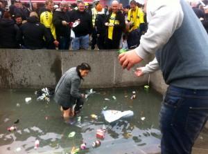 Fodboldfans mobber flaskesamler