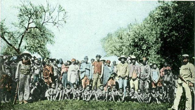 Jeńcy z plemienia Herero - mężczyźni, kobiety i dzieci
