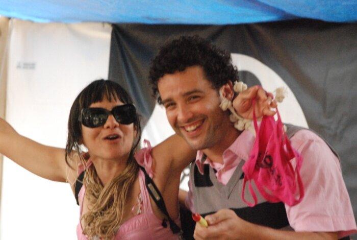 Yamila Guedez con vocalista de Amigos Invisibles