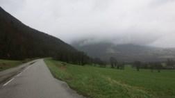 La niebla cubriendo la ladera de la montaña