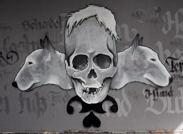 2014-05 EM1 Graffiti Frankfurt Friedensbrücke 002