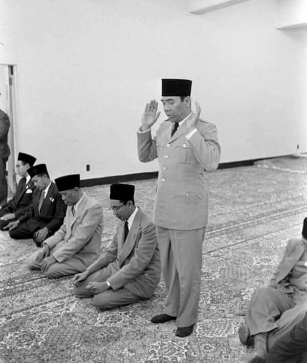 Hukum Shalat Seseorang yang Menggunakan Kaos Kaki