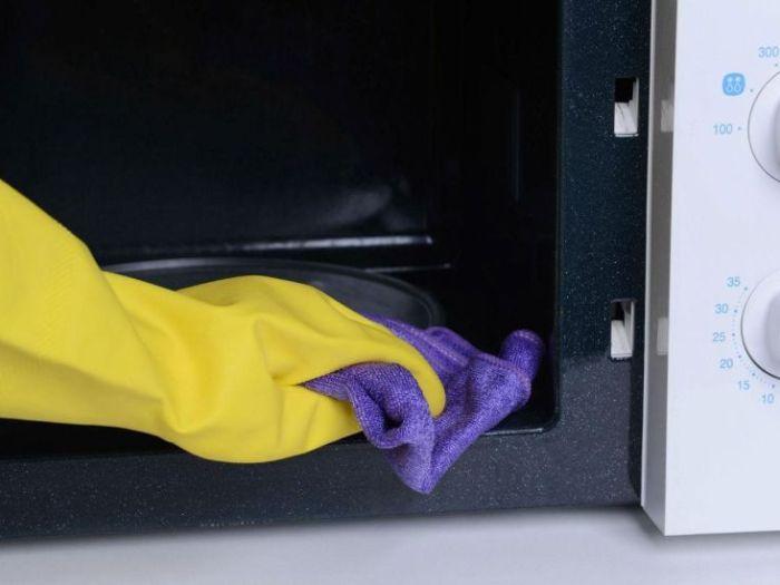 Как почистить микроволновку внутри?