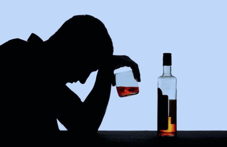 Тяга к алкоголю провоцирует развитие депрессий у молодых людей