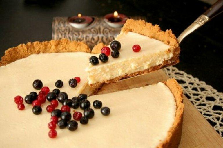 Открытый пирог со сгущенкой и песочным печеньем