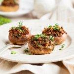 Как приготовить фаршированные грибы с грецкими орехами и клюквой