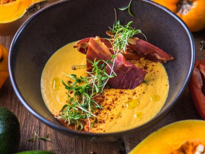Рецепт осеннего супа из тыквы с томатами и беконом