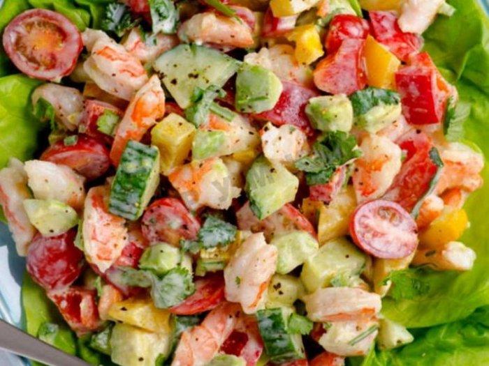 Рецепт салата с авокадо, креветками и йогуртовой заправкой