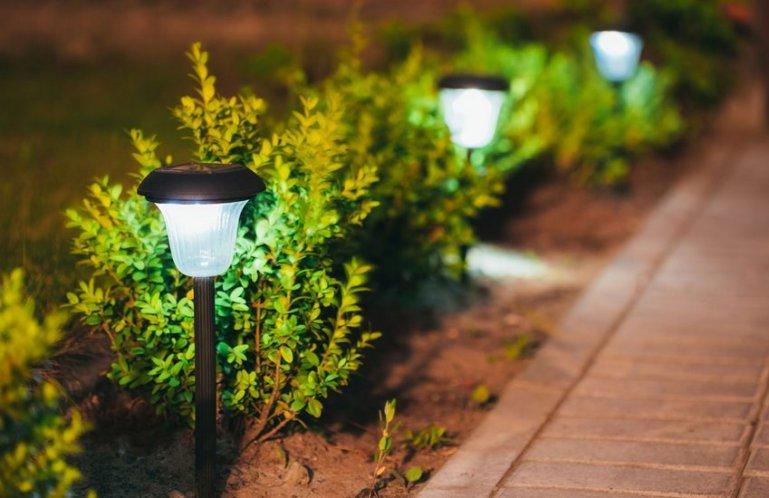 Как использовать фонари светодиодные для освещения дачного участка