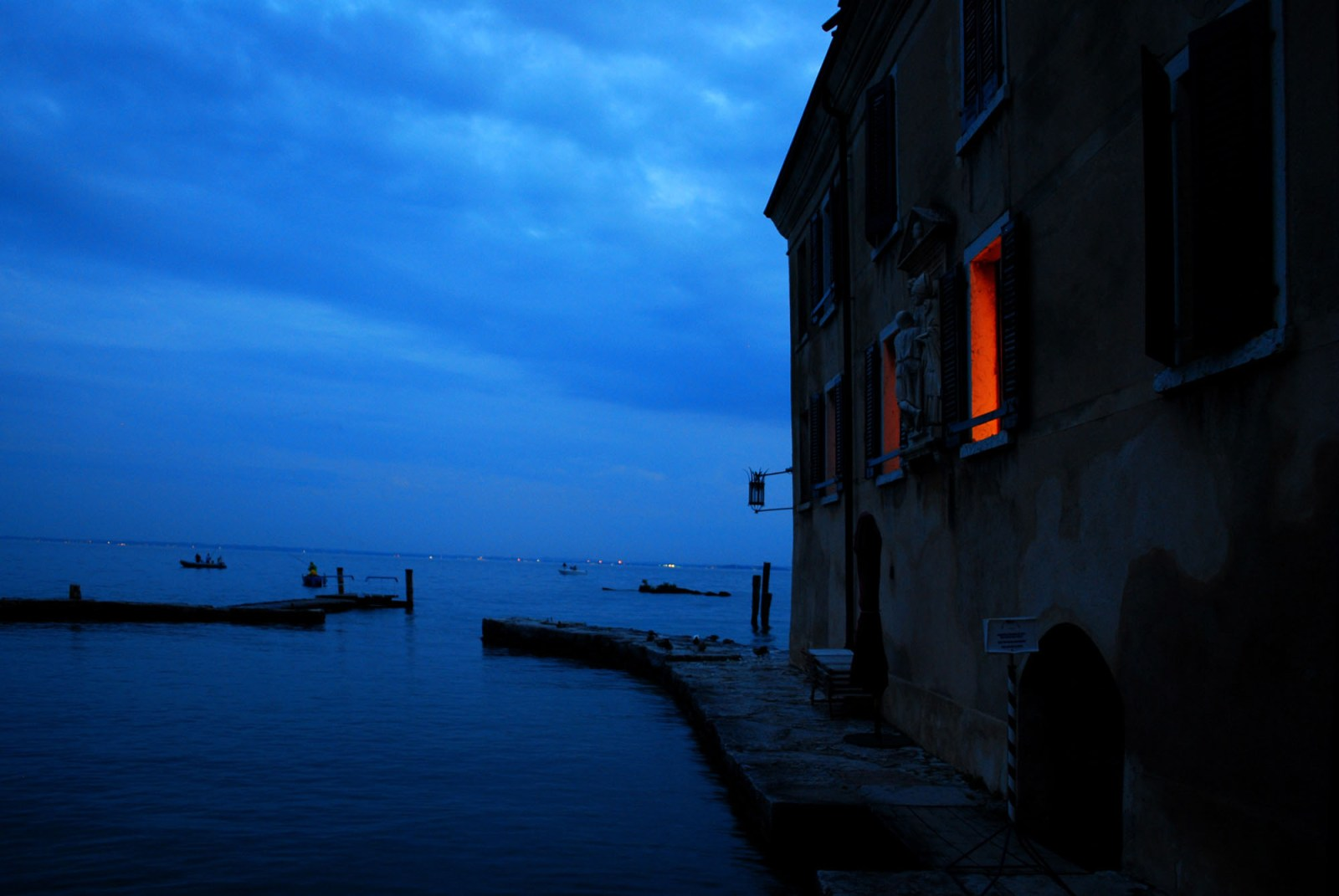 006_LOWRES__Lightscape-San Vigilio, the lake at night_studio Dossofiorito_credits Dossofiorito
