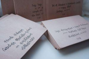 lettering a mano sobre sobres de invitación de boda