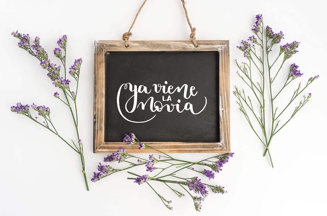 pizarra lettering ya viene la novia boda