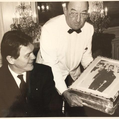 Diner campagne Pastré – Eric Mortensen découvre son portrait sur le gâteau