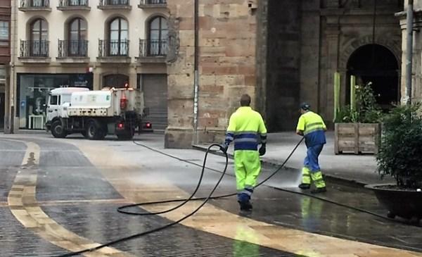 Imagen de los operarios mientras limpiaban ayer la zona afectada por el aceite en Santa María FOTO: dotb.eus