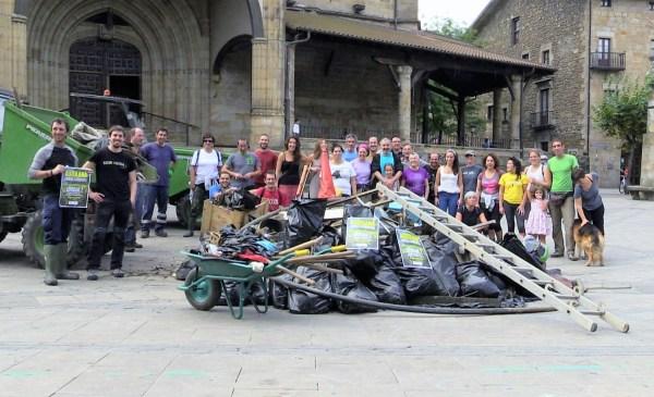 Los participantes en el Auzolan han posado tras la basura recogida