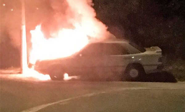 Momento del incendio del primer vehículo