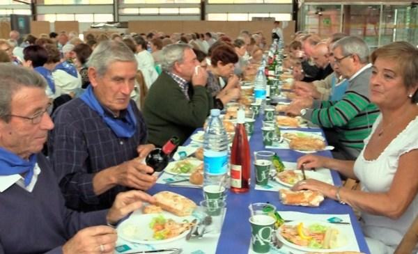 Los comensales han empezado a comer sobre las 14:30 horas FOTO. dotb.eus