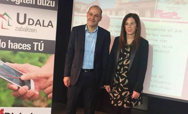 Iñaki Totorikaguena y Alaitz Etxeandia en la presentación.