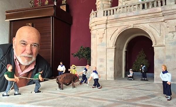Ibañez posa frente a la réplica del arco de Santa Ana FOTO: DOTB.EUS