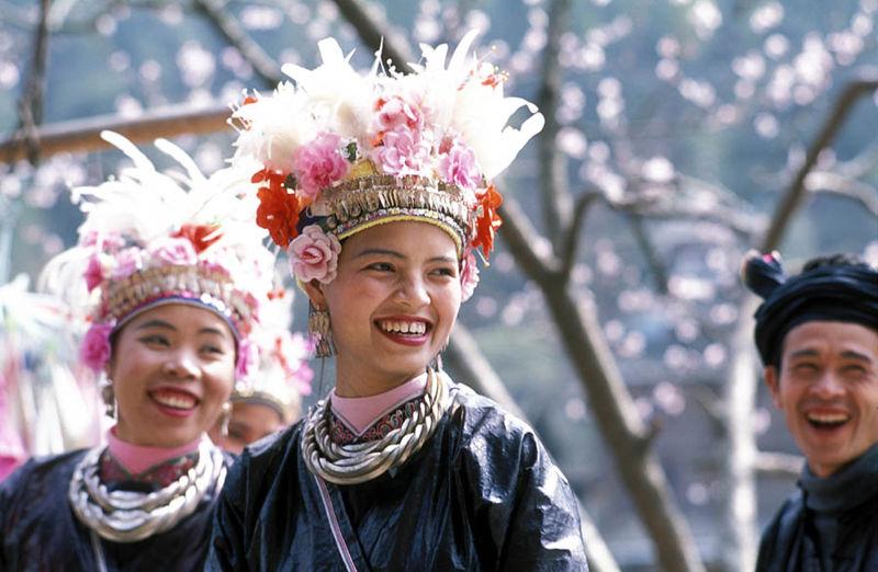 Nguời Đồng trong lễ phục.  Người dân tộc Đồng sống ở Quý Châu, Hồ Nam, Quảng Tây (Trung quốc) và Bắc Việt Nam