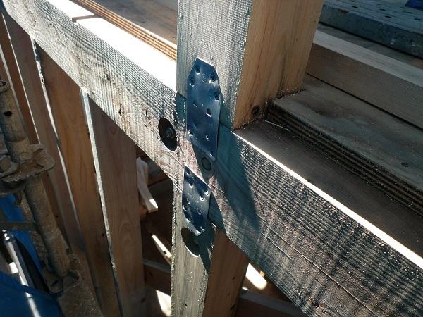 柱と梁を固定させる金物