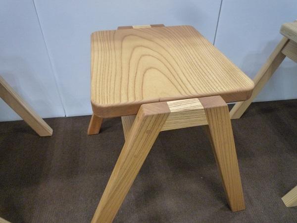 ケヤキで造られた椅子