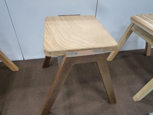 ケヤキと紫檀で造られた椅子