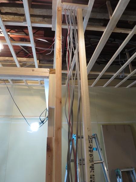 壁の間に電気の配線