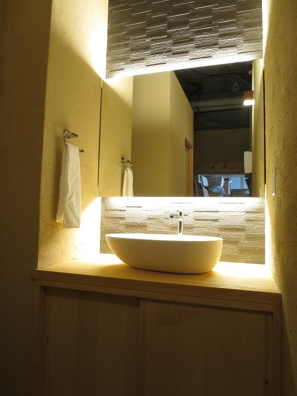 洗面台を間接照明で照らしています