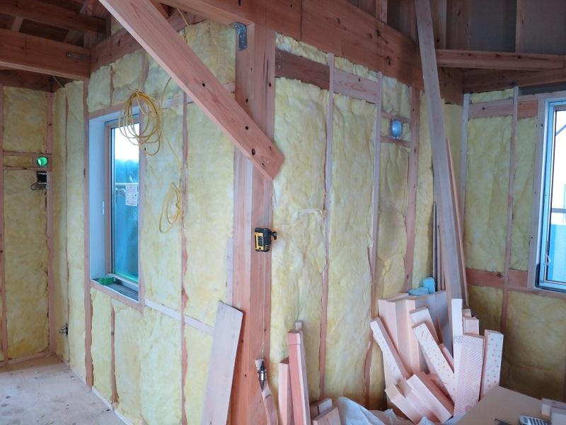 壁に高性能な断熱材を施工