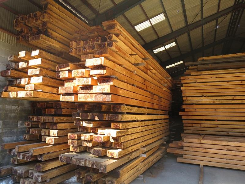 大量に積まれた杉の梁材