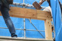 伝統的な梁の継ぎ方をした松が谷の家が上棟です
