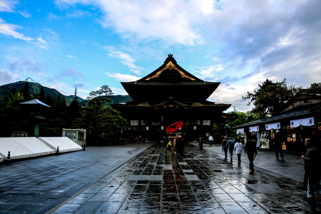 5 minutes to the Zenkoji temple on foot