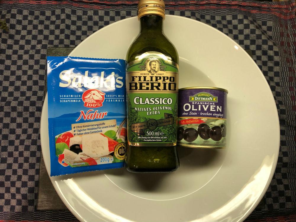 Salat zum Löffeln - Olivenöl, schwarze Oliven, Schafskäse