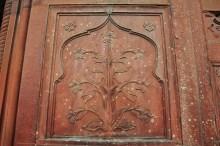 Detalhe para o acabamento das esculturas feitas nas paredes de toda a estrutura.